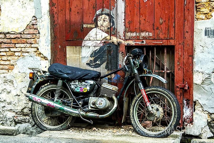 Картина мальчик на мотоцикле
