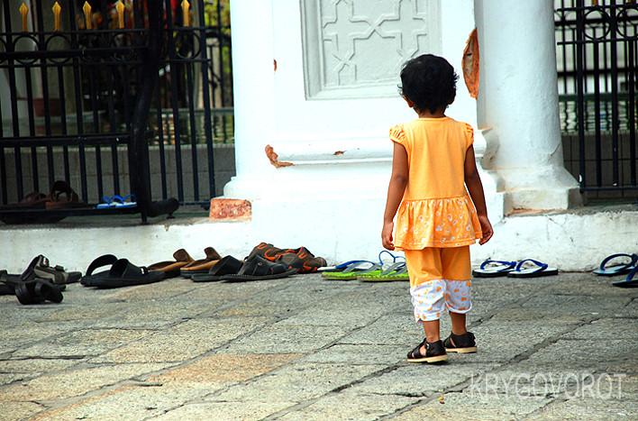 Девочка у мечети