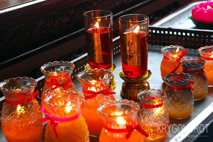 У храма в China town