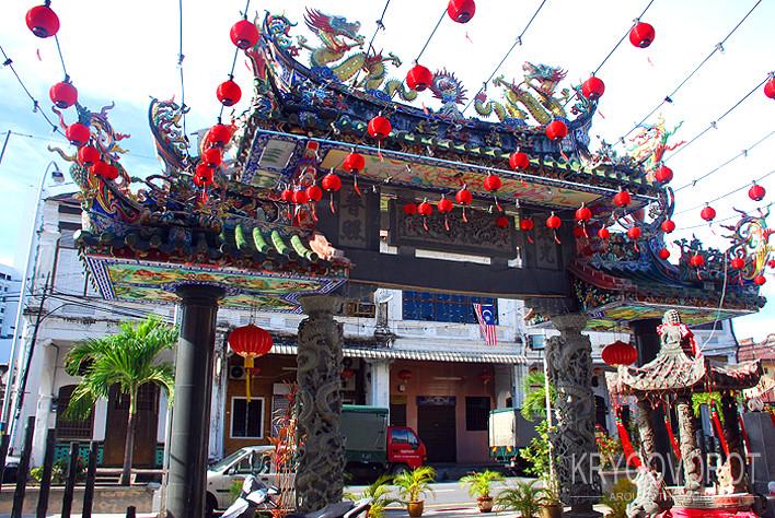 Красивый храм в China town